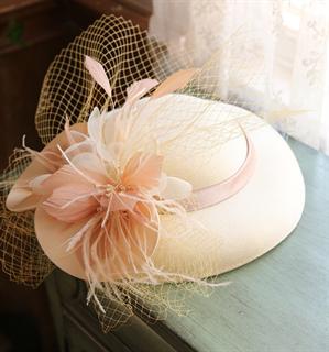 4145. Коктейльная шляпка Женевьева. Кремовая