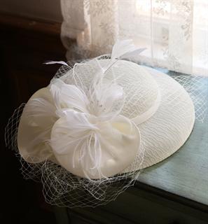 4146. Коктейльная шляпка Женевьева. Белая