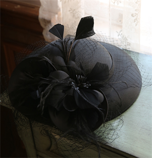 4147. Коктейльная шляпка Женевьева. Черная