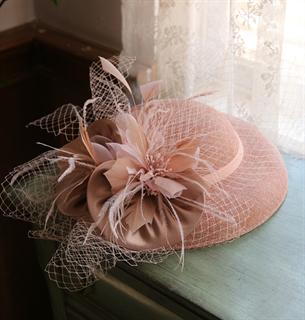 4148. Коктейльная шляпка Женевьева. Бежевая