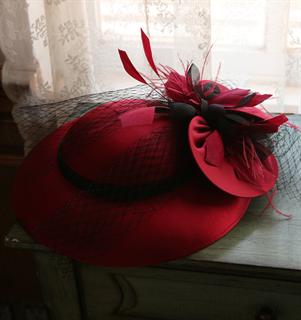 4149. Коктейльная шляпка Женевьева. Темно-красная
