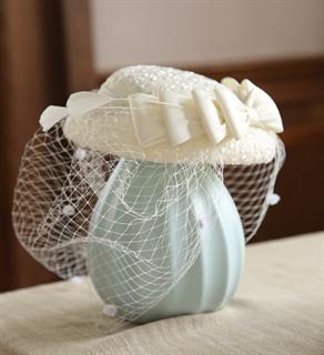 4151. Коктейльная шляпка с бантом Альма. Белая