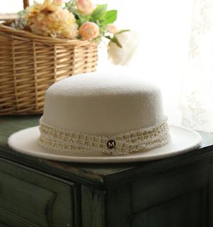 4153. Белая фетровая шляпка