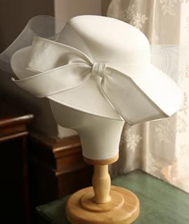 4154. Белая шляпа с полями. Атлас