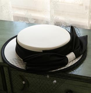 4156. Белая шляпка канотье из атласа с черным бантом - фото 22062