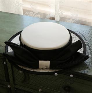 4156. Белая шляпка канотье из атласа с черным бантом - фото 22064