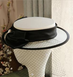 4156. Белая шляпка канотье из атласа с черным бантом