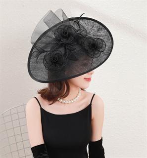 Черная шляпа с цветами