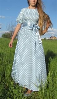 Светло-голубое платье в пол в горошек с широкими рукавами
