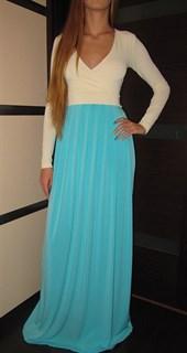 Длинное платье с бирюзовой юбкой и молочным верхом с запахом