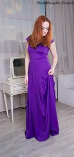 Яркое фиолетовое платье в пол с широкой юбкой и складками