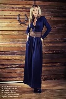 Темно-синее платье в пол с бежевой вставкой на талии