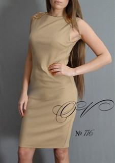Бежевое платье из трикотажа с цепочками на плечиках. 116