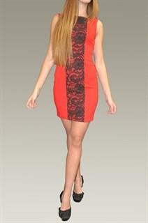 Красное платье футляр с кружевной вставкой спереди. 270