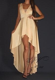 Светлое платье короткое спереди и длинное сзади. 257