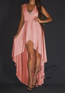 Персиковое платье короткое спереди и длинное сзади.257