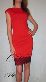 Красное короткое платье без рукавов с кружевом по подолу. 174