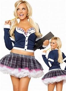 Костюм школьницы: пышная юбка и топик с длинными рукавами