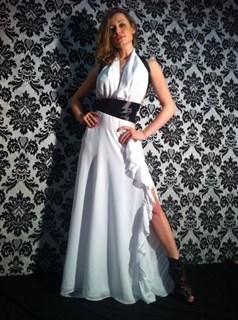 Белое платье в пол в с открытой спиной и лентами