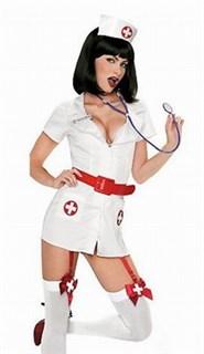 Белая медсестра с красным ремнем и подвязками