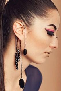 Украшение на ухо с черными камнями