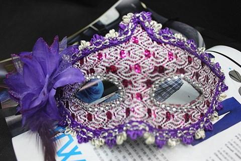 Фиолетовая новогодняя маска с пайетками и блестками