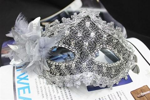 Серебряная новогодняя маска с пайетками и блестками