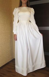 Белое прямое платье в пол из тонкого атласа