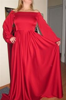 Красное шелковое платье с открытыми плечами и широкими рукавами
