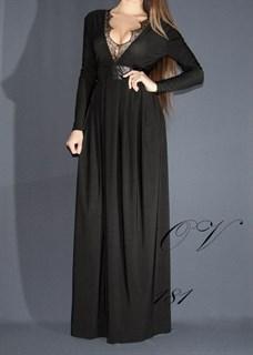 Черное платье в пол с рукавами и с глубоким декольте. 181